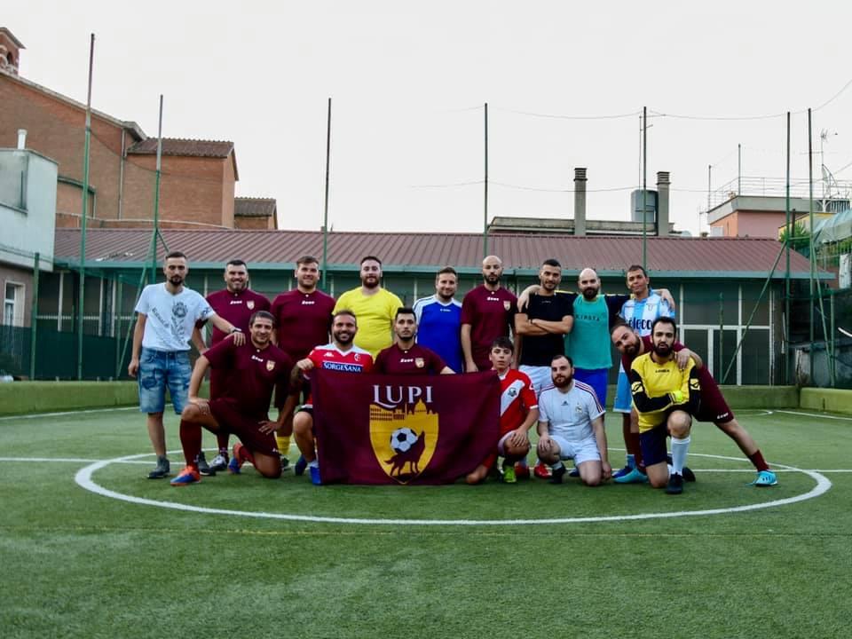 Squadra di calcio a 5 che posa per una fotografia su campo di calcio