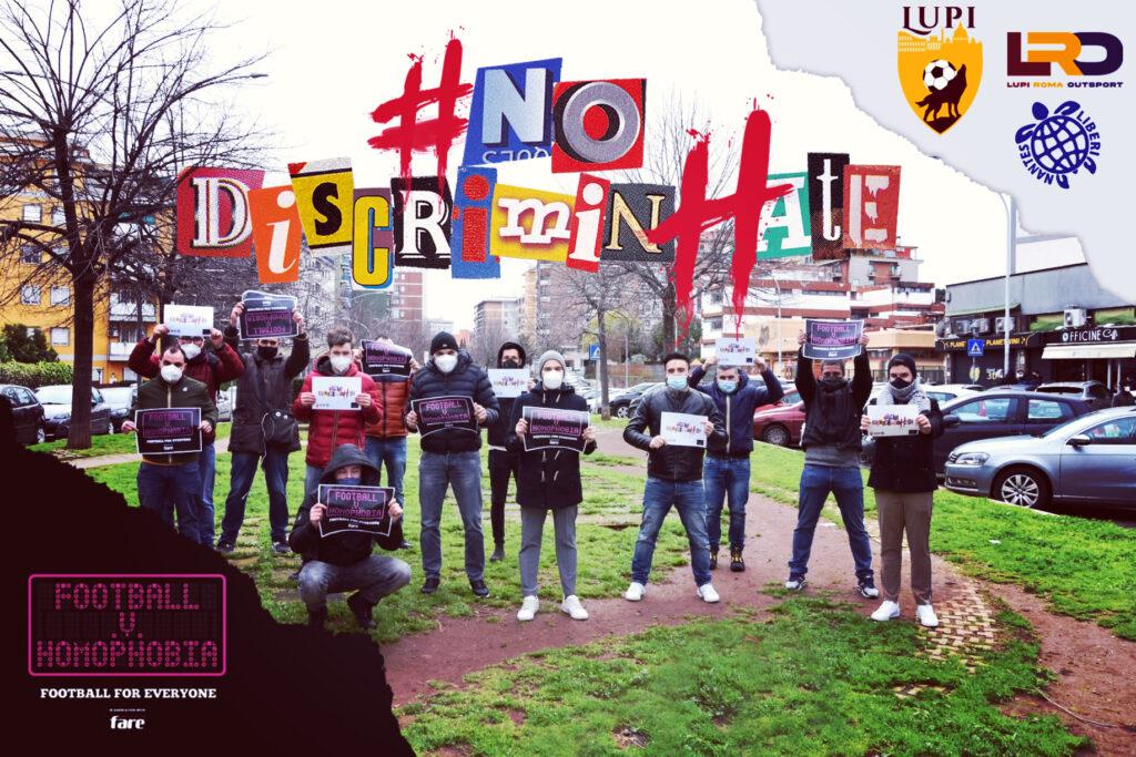 Ragazzi che tengono in mano i cartelli contro il razzismo e l'omofobia, squadra di calcio per Football V Homophobia